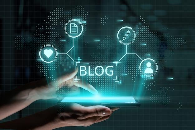 Social media en blogconcept. futuristisch pictogramontwerp en afbeeldingen boven de hand met smartphone.