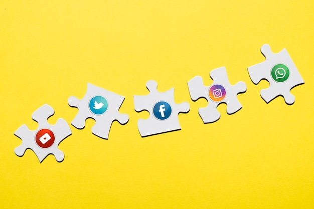 Social media pictogram op witte puzzel stuk over gele achtergrond