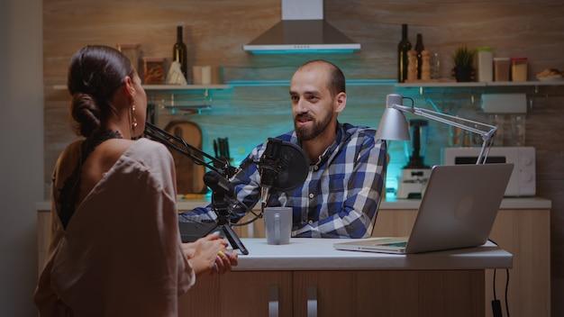 Social media-ster beantwoordt vragen van online showhost in podcast. creatieve online show on-air productie internetuitzending host streaming live inhoud, opnemen van digitale media