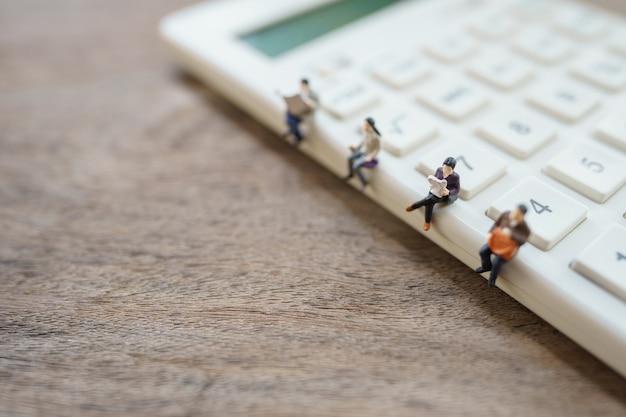 Sociale afstand. miniatuurmensen blijven uit elkaar om de covid 19-virusinfectie te verminderen. bewaar sociale afstand