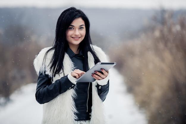 Sociale blanke park met behulp van tablet