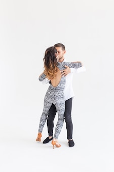 Sociale dans, bachata, kizomba, tango, salsa, mensen concept - jong koppel dansen op witte achtergrond met kopie ruimte