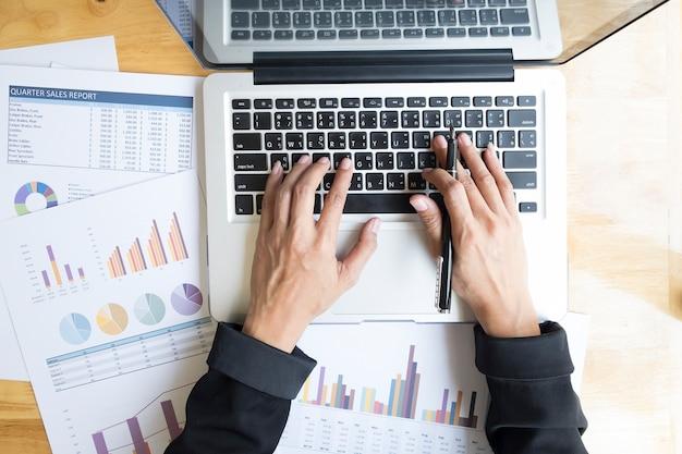 Sociale digitale houten hardhout zakenvrouw laptop