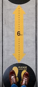 Sociale distantie voor covid-19 situatieconcept. bewegwijzering voor samenwerking op openbare plaatsen op de vloer.