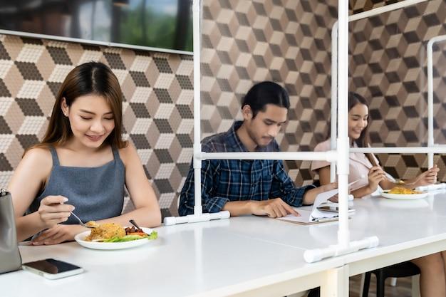Sociale distantiërende aziatische klant in restaurant.