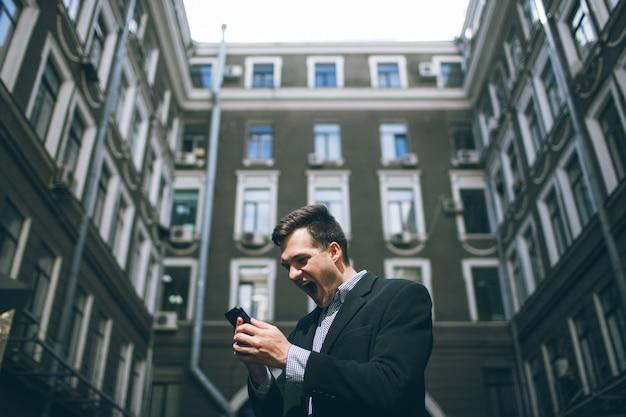 Sociale invloed op succesvolle zakenman. gelukkig volwassen man en de impact van mensen op achtergrond, telecommunicatie en gemengde emoties