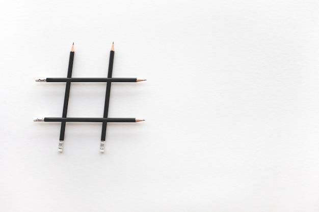 Sociale media en creativiteitconcepten met hashtag-teken dat van potlood wordt gemaakt