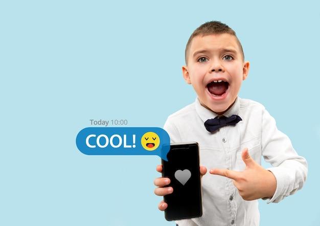 Sociale media-interacties op mobiele telefoon digitale internetmarketing