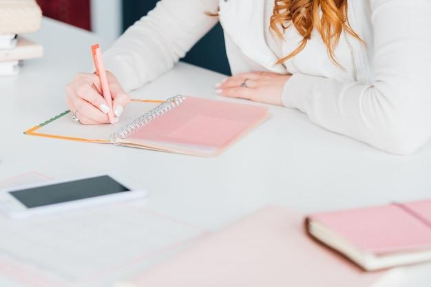 Sociale media marketing. smm deskundige vrouw planning baan. prioriteiten op de agenda.