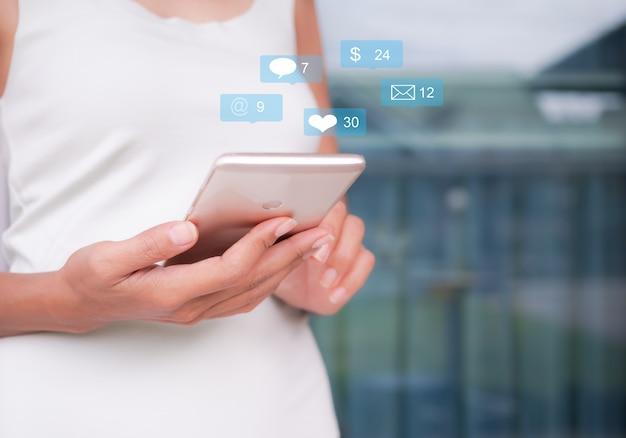 Sociale media met blockerhandvrouw gebruiken mobiel of smartphone om via netwerk te werken
