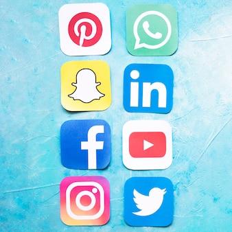Sociale media pictogrammen die op een rij over blauwe achtergrond worden geschikt