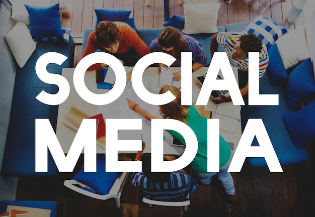 Sociale mediatekst bij het toevallige groeps mensen samenkomen