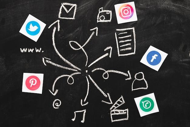 Sociale mediatoepassingen met getrokken webpictogrammen op bord