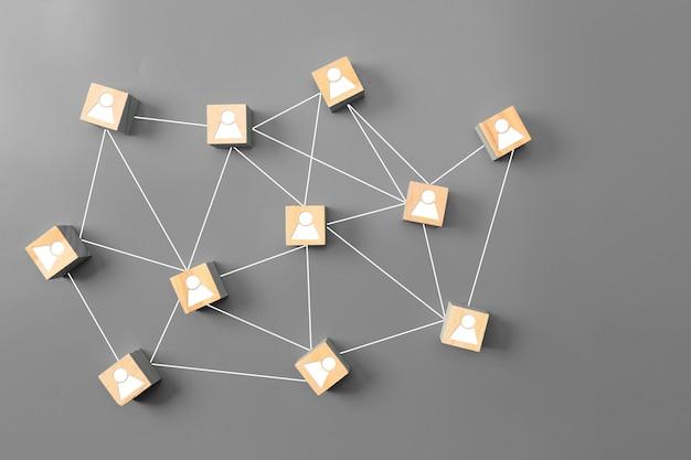 Sociale netwerken houten kubussen worden op een grijze achtergrond geplaatst
