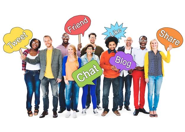 Sociale voorzien van een netwerkmensen die toespraakbellen houden concept