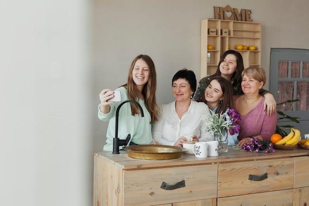 Sociale vrouwelijke bijeenkomst nemen van een selfie