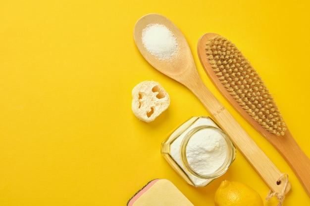 Soda brush citroen spons en loofah op gele achtergrond zero waste concept