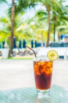 Soda met stro en citroen