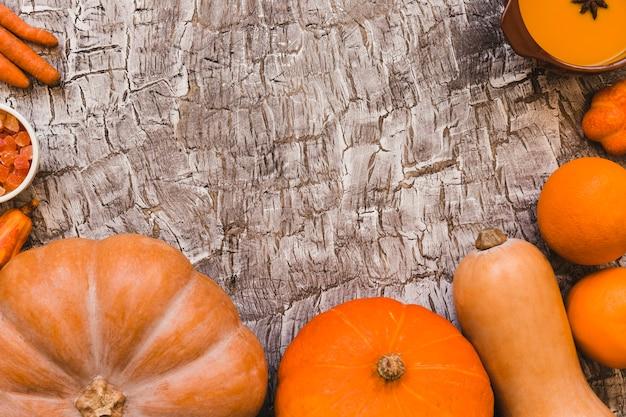 Soep en gekonfijt fruit dichtbij oranje groenten