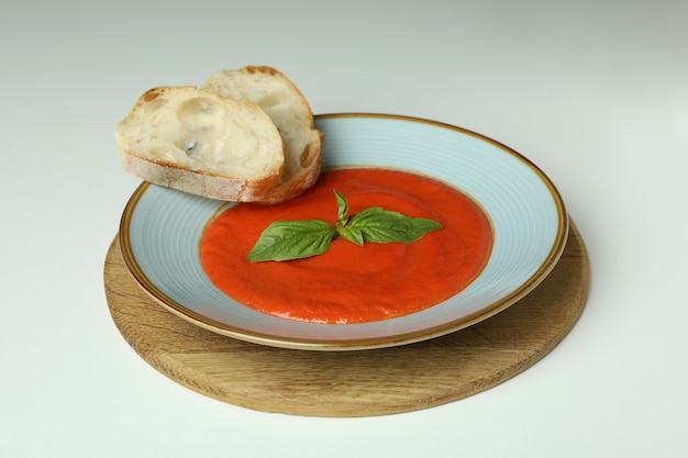 Soep gazpacho met brood op witte achtergrond
