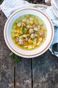 Soep gehaktballen en groenten eerste gerecht eten