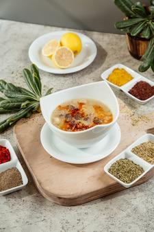 Soep geserveerd met verschillende kruiden en specerijen