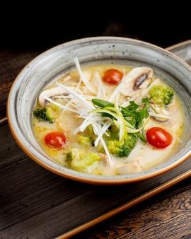 Soep met broccoli tomaten champignons en groenen