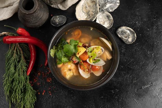 Soep met garnalen, zeevruchten en groenten
