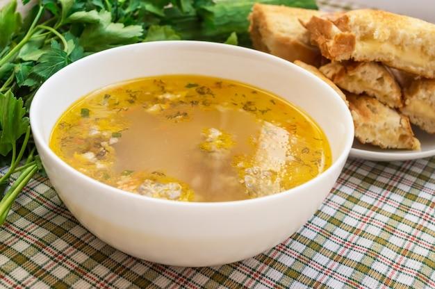 Soep met gehaktballetjes en toast met kaas