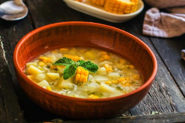 Soep met mais en groenten (voorgerecht, vegetarische schotel)