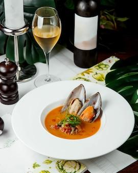 Soep met oesters met glas wijn
