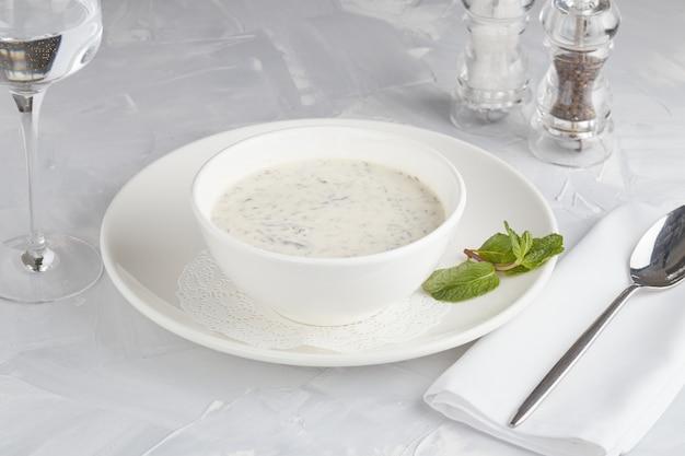 Soep met zure melk, ei en frisgroen