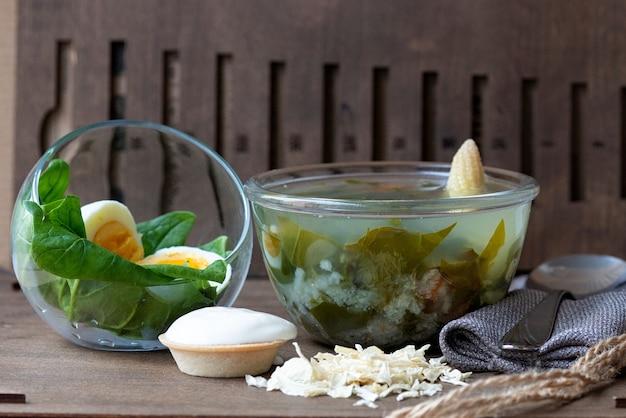 Soep met zuring en gekookt ei