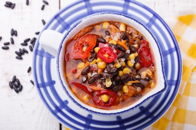 Soep met zwarte bonen, boekweit, rode peper en maïs.