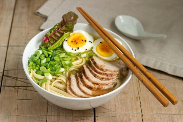 Soep ramen, een traditioneel gerecht uit de aziatische keuken.