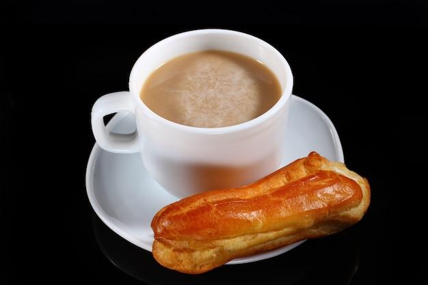 Soezendeeg en cappuccino op donker