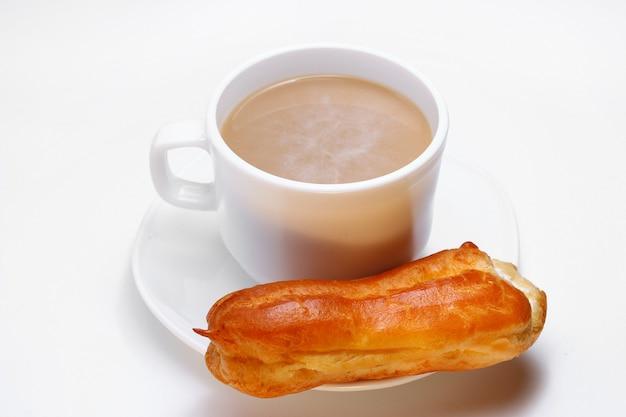 Soezendeeg en cappuccino op een wit