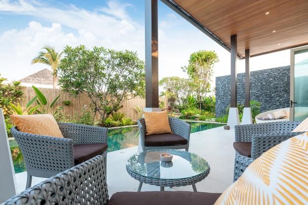 Sofa bij de zwembadvilla's