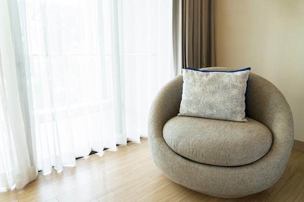 Sofa om thuis te ontspannen. mooi modern huizenconcept