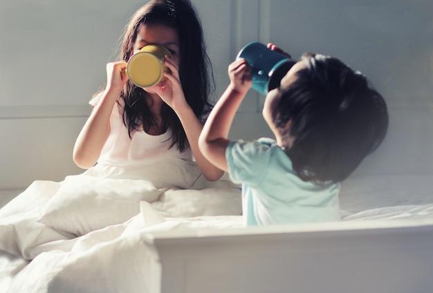 Soft focus afbeelding van kinderen in hun slaapkamer tijdens zelf geïsoleerd of quarantaine