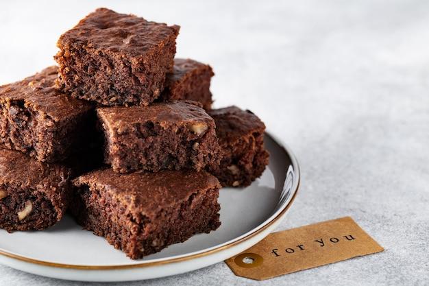 Soft focus courgette brownies met walnoten op een bord