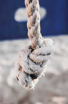 Soft focus van een wit versleten touw met een knoop