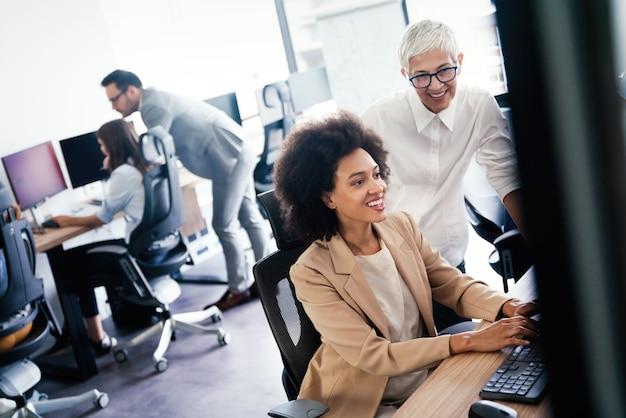 Software-ingenieurs mensen die aan projecten werken en programmeren in het bedrijf