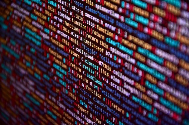 Software ontwikkelaar programmeercode op computer. abstracte broncode van het computerscript