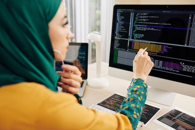 Softwareontwikkelaar die code controleert
