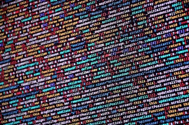 Softwareontwikkelaar programmeercode op computer. abstracte broncode van het computerscript