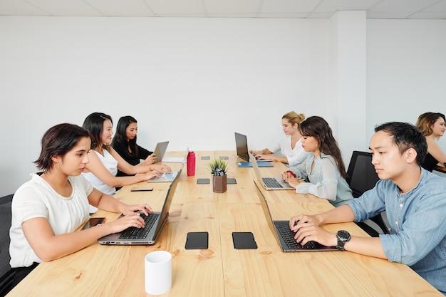 Softwareontwikkelaars die op laptops werken