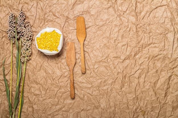Soja in zak, houten hulpmiddelen en bloemen
