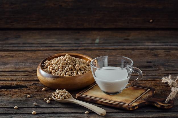 Soja met melk op houten tafel