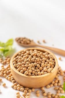 Sojabonen of sojabonen in een kom